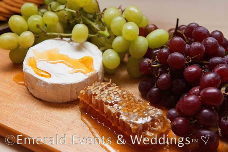 Sweet & Eco-chic Honey Bee Wedding Must-Haves from Ecopartytime -  Snack Ideas Grapes & Honey